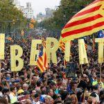 Barcelonan sekasorto: Yhteenottoja poliisin kanssa, kun puoli miljoonaa  itsenäisyyttä kannattavaa mielenosoittajaa on yleislakossa