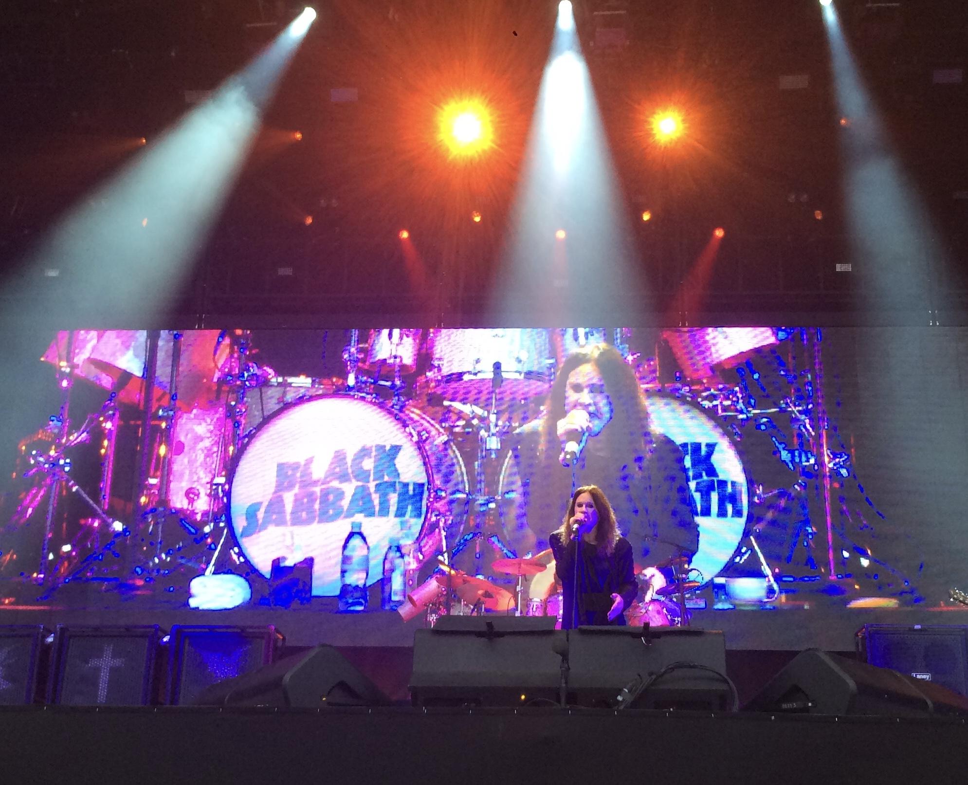 Ozzy esiintymässä Black Sabbathin jäähyväiskiertueella 2016