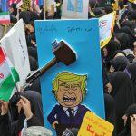 Tuhannet iranilaiset osoittavat mieltään entisen Yhdysvaltain suurlähetystön ulkopuolella