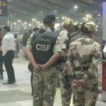 Ihmiset paniikissa Indira Gandhin kansainvälisellä lentokentällä New Delhissä
