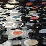 Vinyylilevyjen tuotantolaitoksen palo uhkaa levyjen toimituksia maailmanlaajuisesti