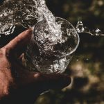 Helteillä huhkiminen horjuttaa nestetasapainoa – vesi ei aina ole paras janojuoma!