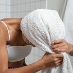 Kuinka usein hiukset tulisi pestä? Asiantuntija vastaa