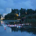 Töölönlahtea valaistaan kynttilöillä atomipommien uhrien muistolle – Hiroshima-päivän perinteinen tapahtuma Helsingissä
